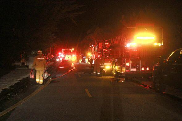 Aquí los bomberos llegando al lugar y entrando en acción.