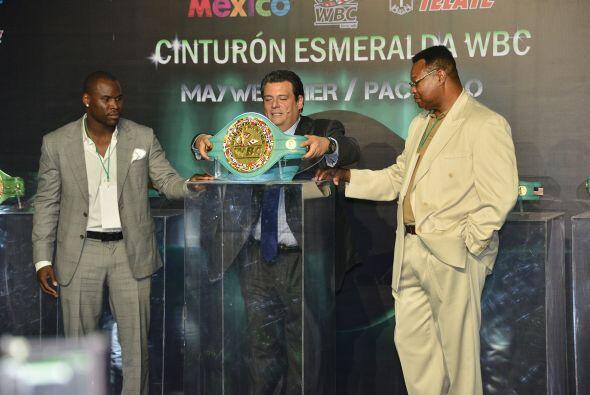 Sulaimán completó el trío que mostró el tan preciado cinturón. (Foto: Al...