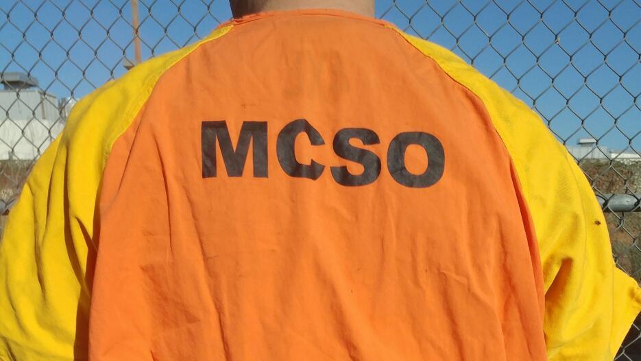 Un recluso juvenil porta el nuevo uniforme color naranja