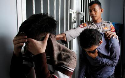 85 latigazos, el castigo por tener relaciones homosexuales para dos homb...