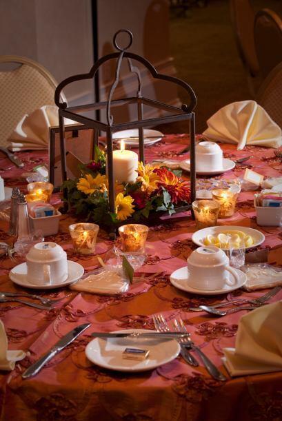 En la recepción no pueden faltar las velas y las hojas multicolores. Tam...