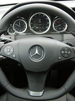 El volante AMG tiene 'look' deportivo y permite acceder a todas las func...