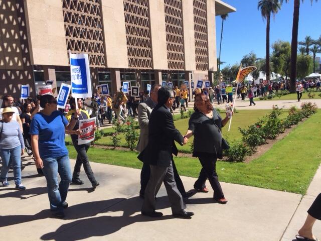 Activistas toman las afueras de la legislatura estatal