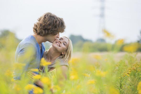 El clásico y no menos importante beso en la mejilla, cuando alguien nos...