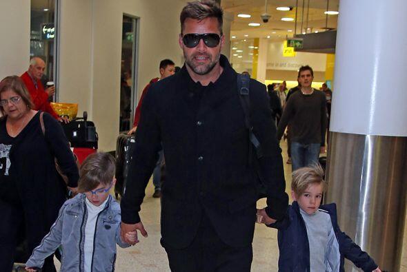 Ricky Martin y sus guapitos mellizos a su llegada al Aeropuerto Internac...