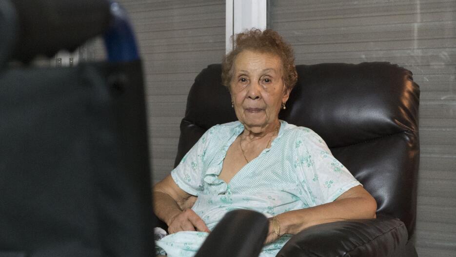 Ramona pasó el huracán sola y al sagundo día sin luz se cayó. Una vecina...