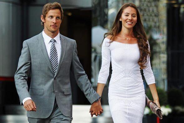 El ex campeón Jenson Button de la escudería McLaren y su novia Jessica M...