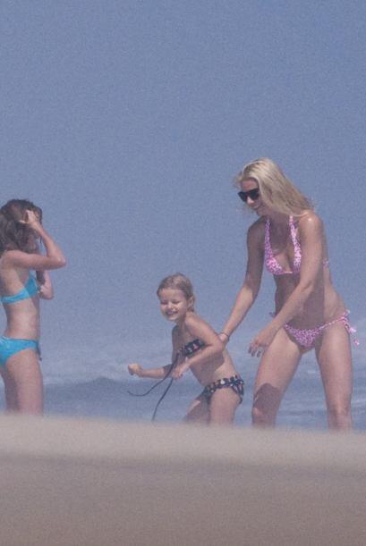 Gwyneth Paltrow también gusta de ir a la playa con Apple y Moses. La hij...