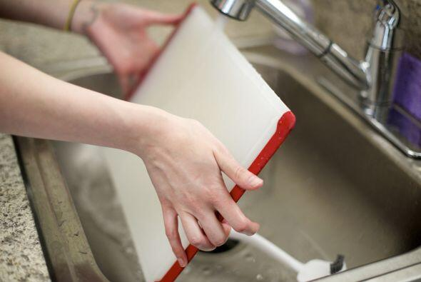 -Lava las superficies que tengan contacto con los alimentos (tablas para...