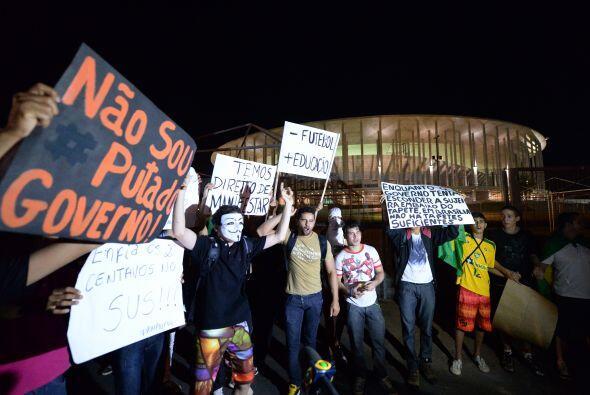 Los cerca de 50 mil manifestantes congregados en Belo Horizonte marcharo...