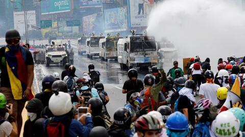 Chalecos antibalas, máscaras antigás y periodistas heridos: así es infor...