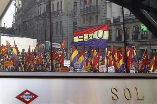 En Madrid, unas 20,000 personas se congregaron en la Puerta del Sol y su...