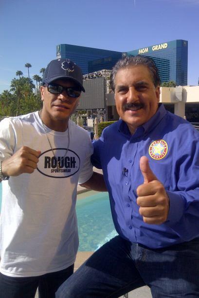 El campeón del título pluma Daniel Ponce De León, quien le ganó por deci...