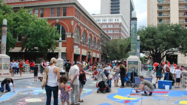Chalk It Up se celebra cada año en la Houston Street de San Antonio, Tex...