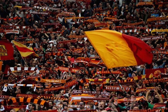Entre tanto, los fanáticos de la Roma se adueñaron de la tribuna sur del...