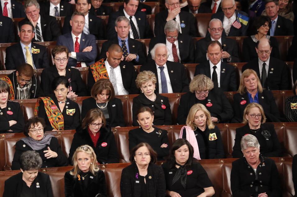 La bancada demócrata durante el discurso de Donald Trump.