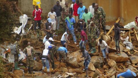 Voluntarios buscan supervivientes y cuerpos tras las inundaciones en las...