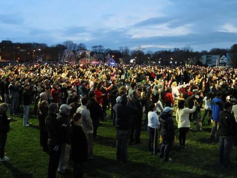 Además, varias personas se congregaron en el parque públic...