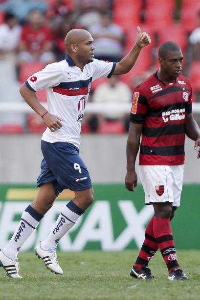 Souza del Bahía festeja al ladito del jugador del Flamengo el gol de su...