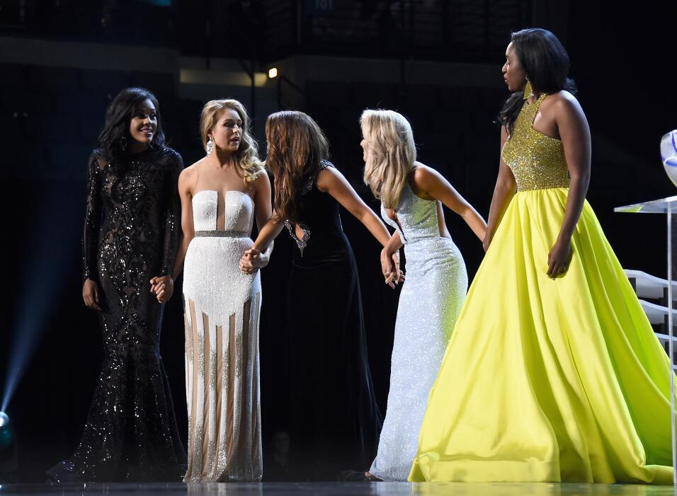 Desde la izquierda, las cinco finalistas esperando la pregunta final: Mi...