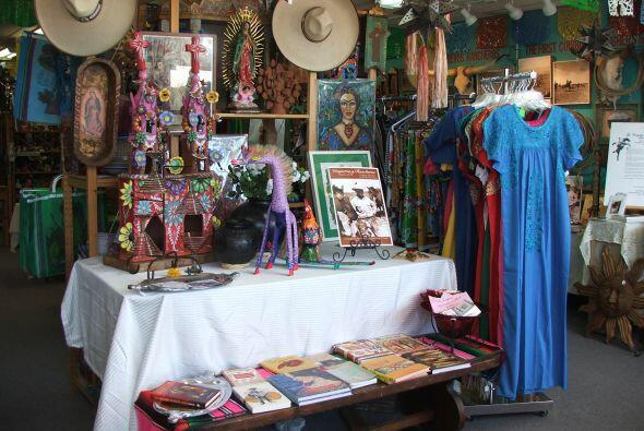 Casa Ramírez es quizás la más colorida y alegre tienda de artesanías mex...