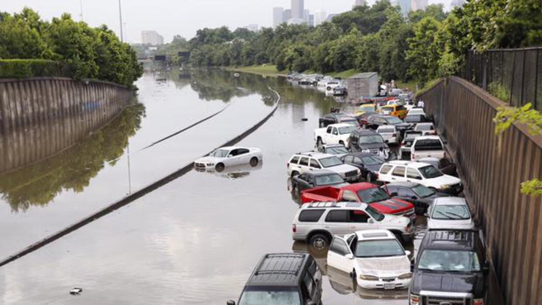 Autopista completamente inundada e intransitable