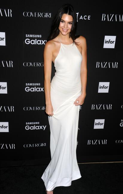 Kendall Jenner en un sexy vestido blanco.
