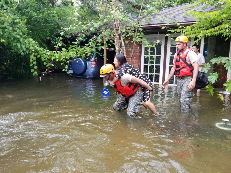 Soldados de la Guardia Nacional de Texas ayudan a los residentes varados...