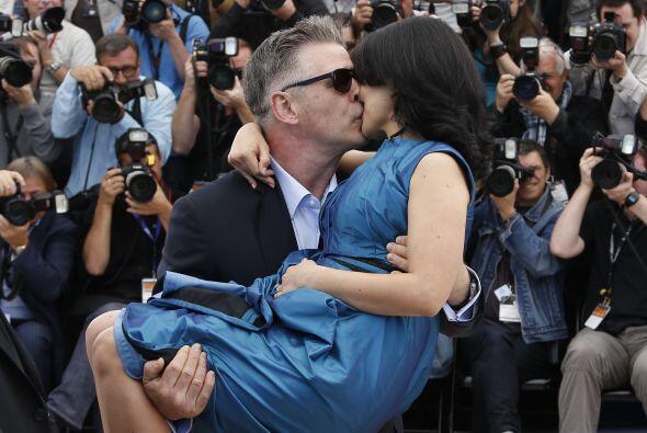 Alec cargando cariñosamente a Hilaria en el festival de Cannes. M...
