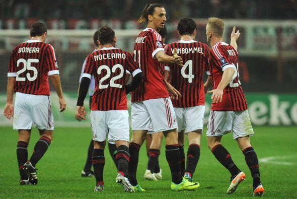 Milan festejó con un 2 a 0 y sus hinchas se retiraron del estadio muy fe...