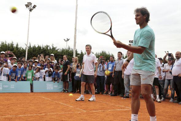 Rafael Nadal visitó el estadio vecino de San Lorenzo para jugar c...