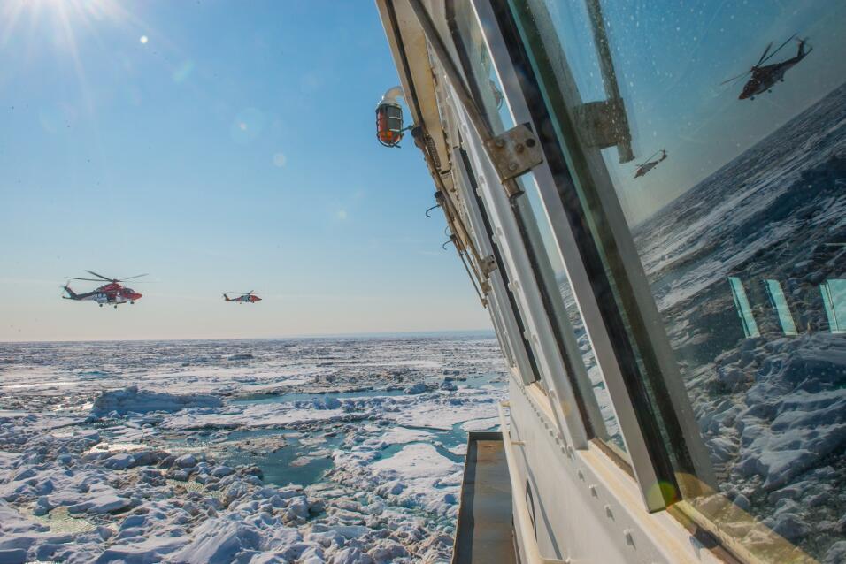 Un enorme iceberg encallado se convierte en una atracción turística en C...