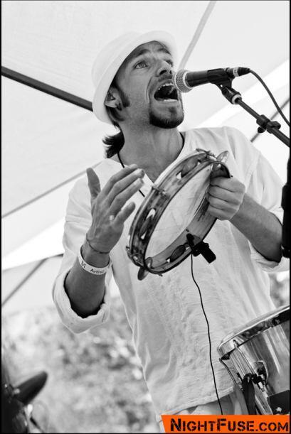El líder del Grupo Liberdade, Porangui Carvalho McGrew, cantó las cancio...