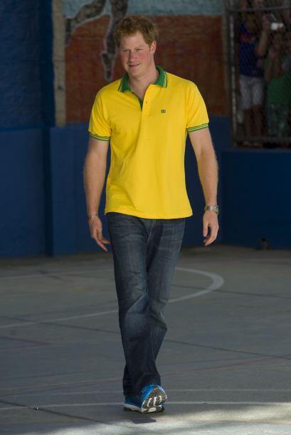 Le luce muy bien la camiseta amarilla!Mira aquí los videos m&aacu...