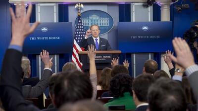 La Casa Blanca deja solo a Michael Flynn y asegura que es un tema de con...