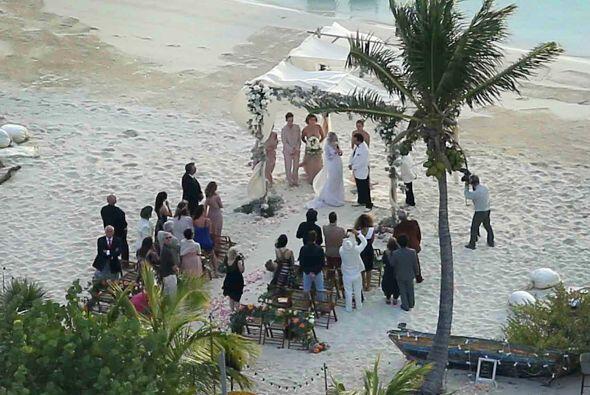 Sólo un puñado de amigos y familiares de la pareja asistió.