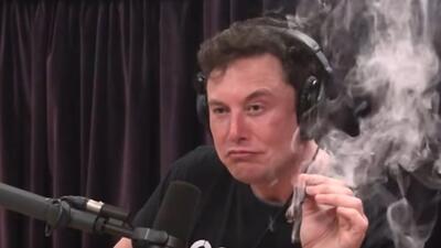Elon Musk fuma marihuana durante una entrevista y caen las acciones de Tesla