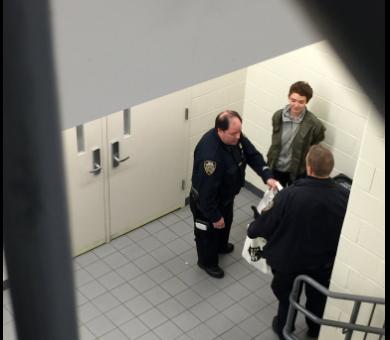 Dos mujeres jóvenes fueron detenidas y las autoridades revisaron sus per...