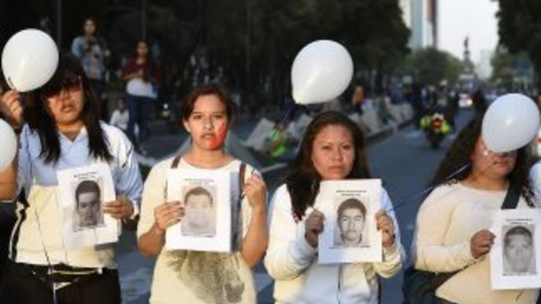 Manifestantes exigen la aparición de los 43 estudiantes desaparecidos el...