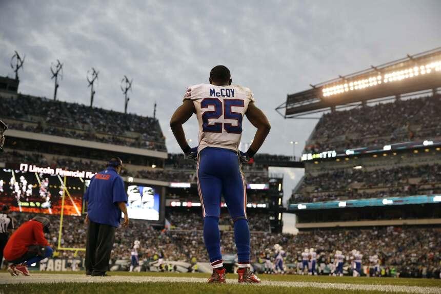 LeSean McCoy tuvo 74 yardas terrestres y 35 recibidas en su regreso para...