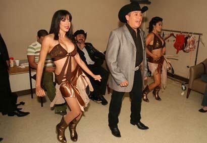 Antes de presentarse, Adolfo ensayó con sus bailarinas.