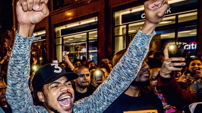 Chance The Rapper camina en las calles de Chicago junto a miles de merso...