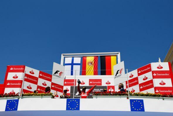 Con un espectacular cielo azul de fondo, se alzaron las banderas de los...