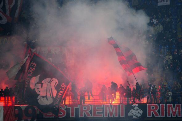 El juego se jugó a estadio lleno. Los hinchas del Milan no pararon de al...