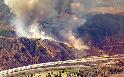 Las llamas amenazan con llegar a la autopista 91.