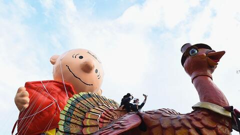 Los globos de Charlie Brown y el pavo de Acción de Gracias en la parada...