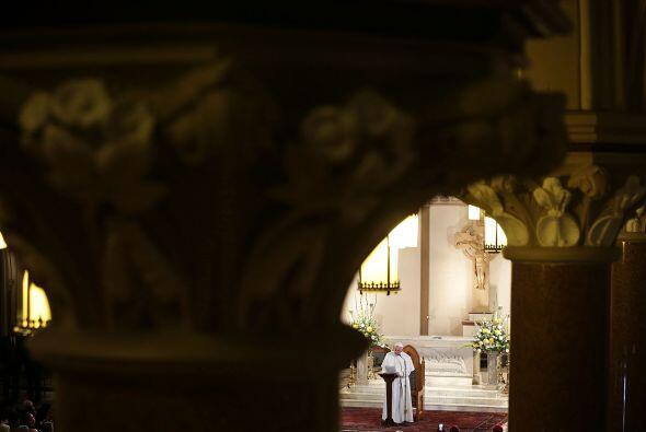 A lo lejos, el pontífice en San Patricio.