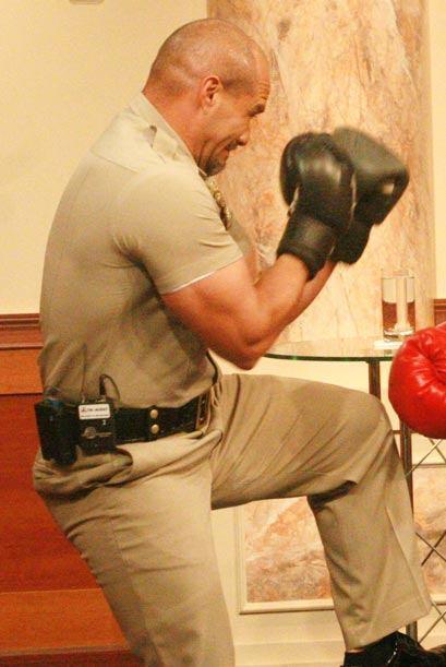 Rey Hernández se cubre del puñetazo de su rival Diana Reyes.