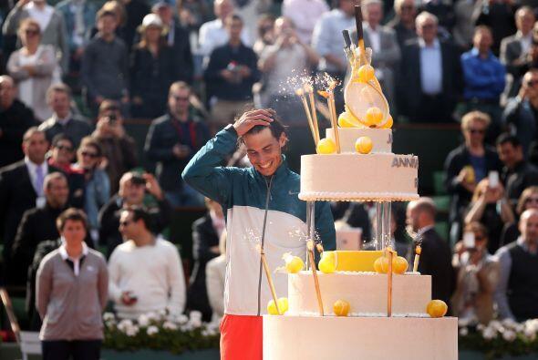 Tras su victoria, un pastel de tres pisos entró para celebrar a N...