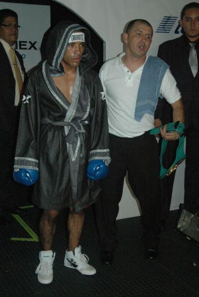 """Jhonny """"Laberinto"""" García sale del vestidor para subir al ring contra Ca..."""